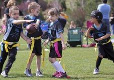 Футбольная игра флага на 5 до 6 год - olds стоковое фото