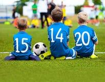 Футбольная команда детей играя спичку Футбольная игра для детей стоковое изображение rf
