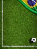 Футбольное поле с шариком и флагом предпосылки Бразилии иллюстрация вектора