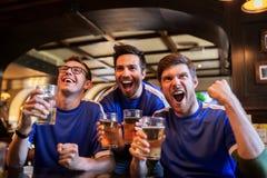 Футбольные болельщики или друзья с пивом на баре спорта стоковые изображения rf