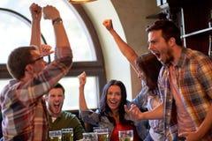 Футбольные болельщики или друзья с пивом на баре спорта стоковые фото