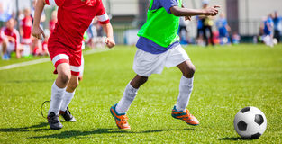 Футбольный матч футбола для детей Футбольные команды детей играя спичку Стоковые Изображения