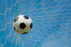 Футбольный мяч в цели после shooted Стоковое Изображение