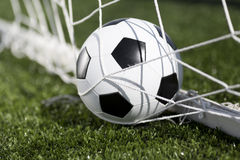 Футбольный мяч и сеть цели Стоковая Фотография RF