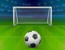 Футбольный мяч на зеленом поле перед столбом цели Стоковые Фото