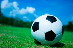 Футбольный мяч на зеленом поле Стоковая Фотография RF