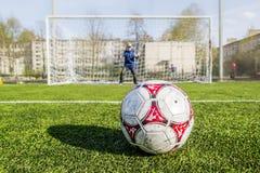 Футбольный мяч на спичке метки 11-метра установленной Стоковые Фотографии RF