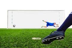 Футбольный мяч стрельбы ноги к цели Стоковые Фото