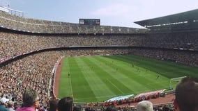 Футбольный стадион в Испании Вентиляторы толп на трибунах Игра футболистов на поле field вал взволнованности сток-видео