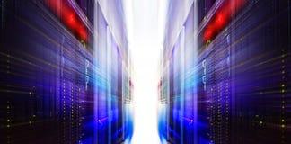 Футуристическая комната движения нерезкости сервера с современным сообщением и оборудованием Стоковая Фотография RF