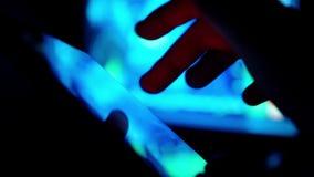 Футуристическая таблетка с hologram кода и информации анимация hud Будущая принципиальная схема видеоматериал