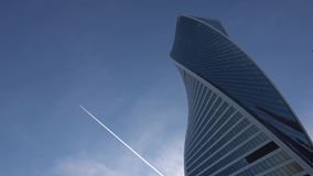 футуристические небоскребы На заднем плане, небо и значительно самолет летая daytime сток-видео