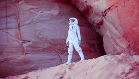 Футуристический астронавт на шальной розовой планете, изображении Стоковое фото RF