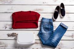 Фуфайка и джинсы дамы красная Стоковая Фотография