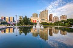 Фучжоу, городской пейзаж Китая на фонтане квадрата Wuyi стоковая фотография