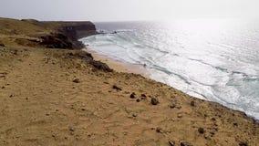 Фуэртевентура, Канарские острова, пляж черного вулканического камня сток-видео