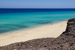 Фуэртевентура: кристалл - чистая вода и панорамный взгляд пляжа Jandia стоковое фото rf