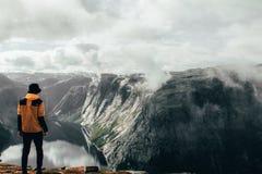 Фьорд и человек Норвегии стоковые изображения
