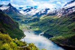 Фьорд Geiranger, Норвегия (объектив переноса наклона) Стоковые Фотографии RF