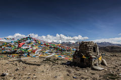 Флаги буддиста в Гималаях, Тибете стоковые изображения