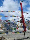 Флаги и stupas молитве в Гималаях, Индии Стоковое Фото