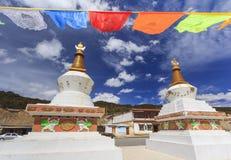 Флаги и stupas молитве на городе Deqing, Юньнань, Китае Стоковые Изображения