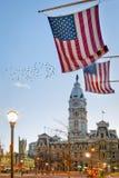 Флаги на здание муниципалитете Филадельфии, Пенсильвании Стоковые Фото