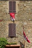 Флаги на стене дома в Montalcino стоковая фотография