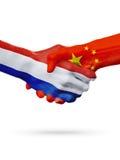 Флаги Нидерланды, страны Китая, концепция рукопожатия приятельства партнерства стоковое фото rf