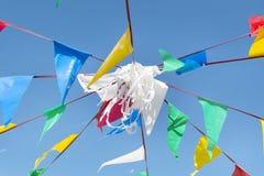 Флаги партии овсянки на небе a голубом стоковое изображение