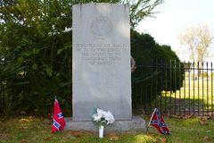 Флаги повстанца и памятник Confederate Стоковое фото RF