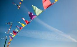 Флаги против голубого неба Стоковые Изображения RF