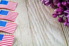Флаги сирени и миниатюры свежей весны фиолетовые на деревянной доске с комнатой для экземпляра Стоковое фото RF