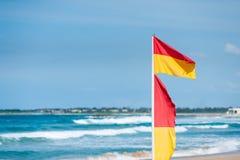 Флаги спасения прибоя стоковые фото