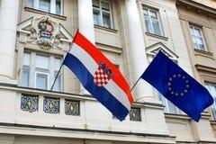 Флаги Хорватии и Европейского союза против фасада Croati Стоковые Изображения
