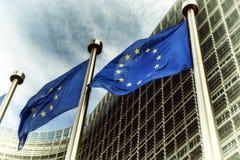 Флаги EC перед зданием европейской комиссии Стоковые Изображения RF