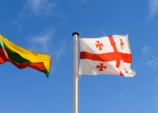 Флаги Georgia и Литвы на предпосылке неба Стоковые Изображения RF