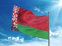 Флаг Беларуси развевая в голубом небе Стоковые Фото