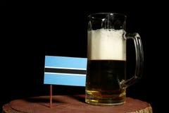Флаг Ботсваны при кружка пива изолированная на черноте Стоковая Фотография RF