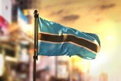 Флаг Ботсваны против предпосылки запачканной городом на восходе солнца Backlig Стоковая Фотография