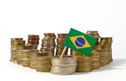 Флаг Бразилии с стогом монеток денег Стоковые Фотографии RF