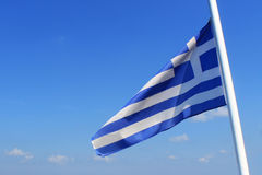 Флаг Греции на голубом небе Стоковое фото RF