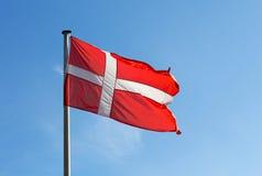 Флаг Дании против неба Стоковые Фотографии RF