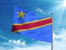 Флаг Демократической Республики Конго развевая в голубом небе Стоковое Изображение RF