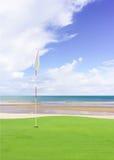 Флаг и поле гольфа стоковые изображения rf