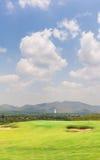 Флаг и поле гольфа стоковое фото rf