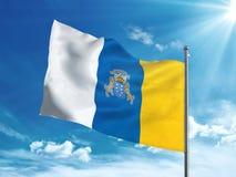 Флаг Канарских островов развевая в голубом небе Стоковое фото RF