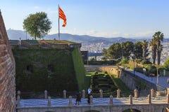 Флаг Каталонии над Барселоной стоковое изображение