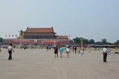 Флаг китайца девушки развевая в площади Тиананмен стоковые фотографии rf