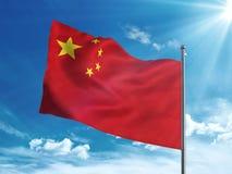 Флаг Китая развевая в голубом небе Стоковые Изображения